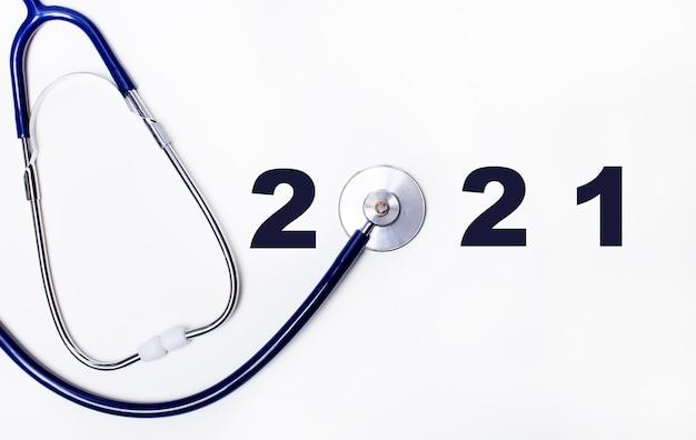 Stéthoscope avec numéro 2021 sur fond blanc
