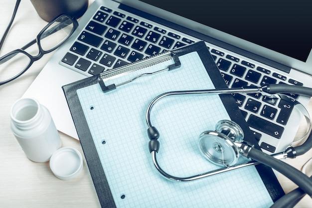 Stéthoscope, sur, ordinateur portable, gros plan
