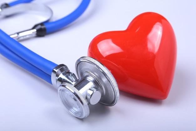 Stéthoscope sur ordinateur portable moderne. coeur rouge sur tableau blanc avec un espace pour le texte. concept de soins de santé.