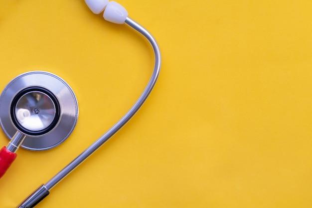 Stéthoscope sur un outil de médecins de fond jaune le concept de sécurité hospitalière en médecine