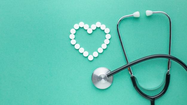 Stéthoscope et pilules à plat