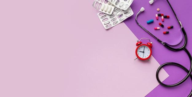 Stéthoscope et pilules pour copie