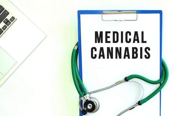 Stéthoscope et presse-papiers avec texte de cannabis médical sur une feuille de papier blanc