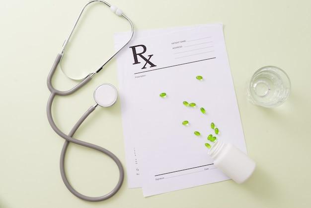 Stéthoscope et quelques pilules.