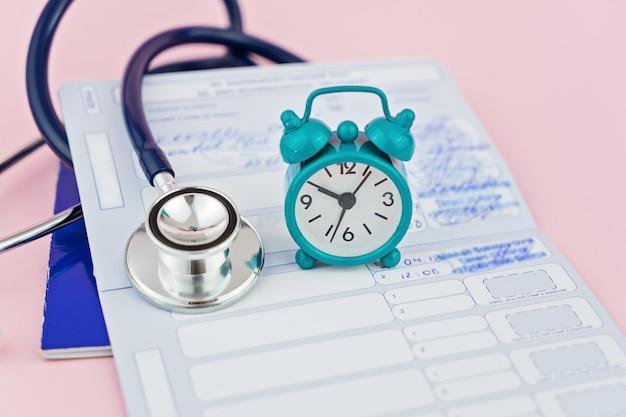 Stéthoscope, réveil et passeport animal