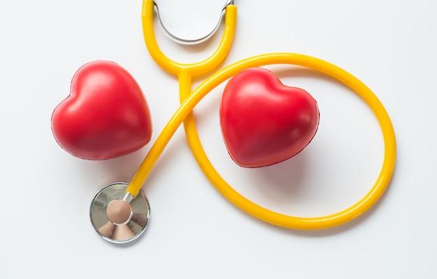 Stéthoscope et symbole du coeur rouge de la journée de la santé et de la bonne vie en bonne santé