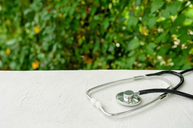 Stéthoscope sur tableau blanc avec fond de nature verte