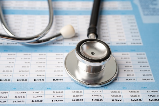 Stéthoscope sur tableur, finance, compte, statistiques, investissement, économie de données de recherche analytique et concept d'entreprise commerciale.