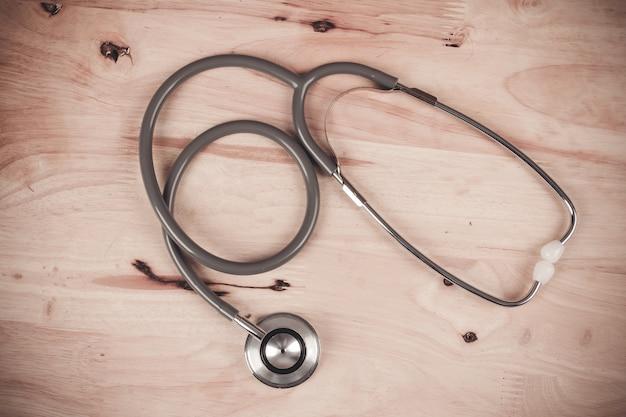 Stéthoscope sur ton vintage fond en bois