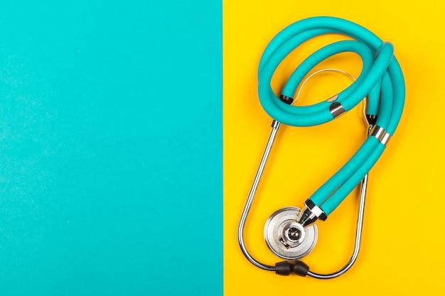 Stéthoscope vue de dessus sur jaune et vert