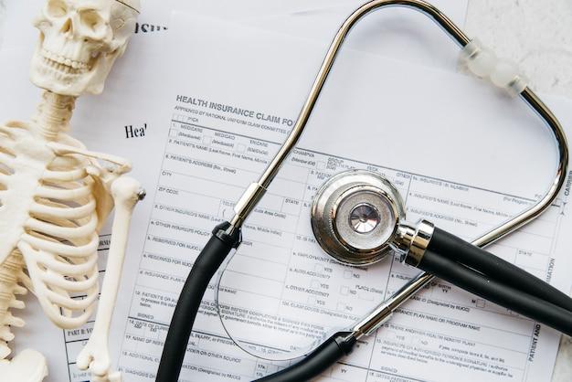 Stéthoscope vue de dessus avec squelette