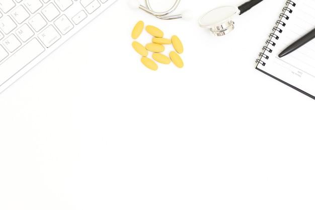 Stéthoscope, vue de dessus de la table de bureau du docteur, papier blanc sur blanc