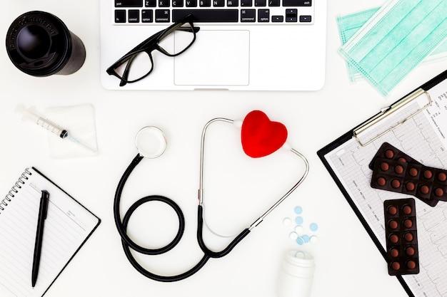 Stéthoscope, vue de dessus de la table de bureau du docteur