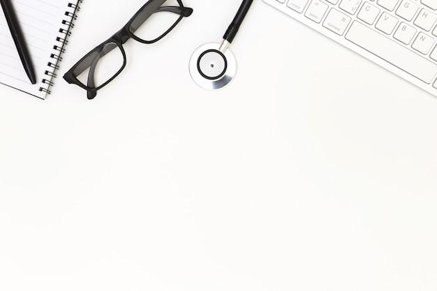 Stéthoscope, vue de dessus de la table de bureau du médecin, concept de bureau de médecin.