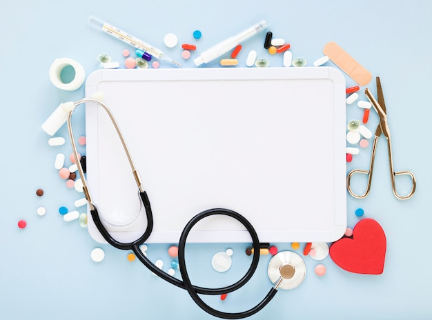 Stéthoscope vue de dessus avec une variété de pilules