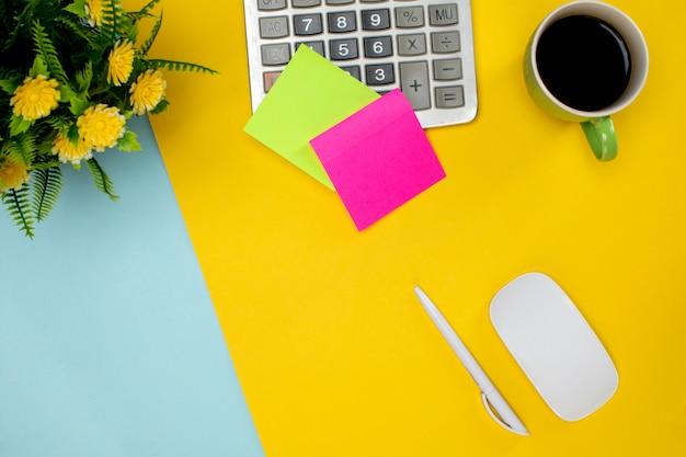 Stick souris sans fil en papier et tasse de café