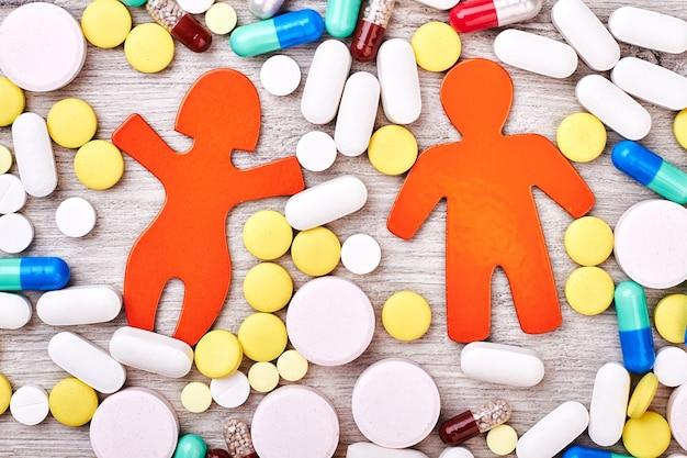 Stickmen, pilules et capsules. idée créative d'institution médicale.