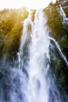 Stirling falls à milford sound en nouvelle-zélande