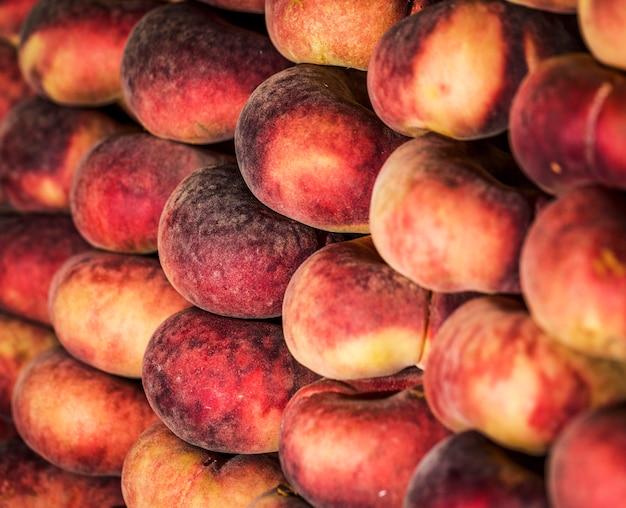 Stock d'abricots sur le marché à la vente