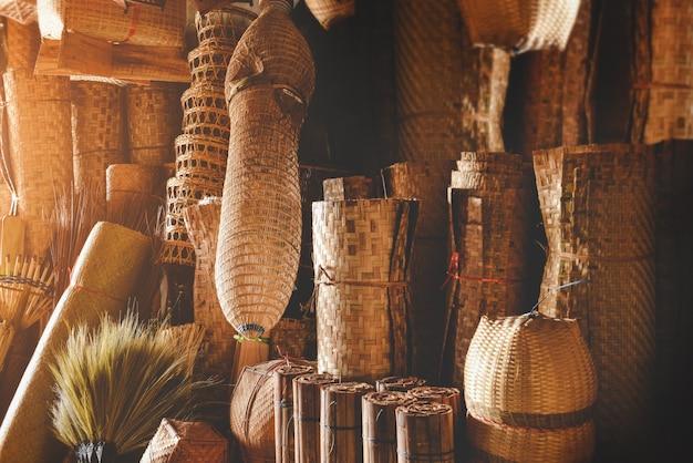 Stock d'appareils de vannerie en bambou fait à la main avec un éclairage intérieur bas et chaud.