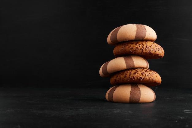 Un stock de biscuits à l'avoine et au cacao, vue de profil.