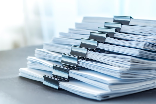 Le stock de documentation en papier attaché avec des clips. rapports financiers comptables.