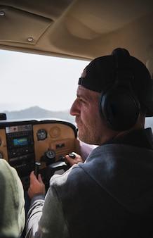 Stock photo d'un homme concentré avec un casque d'aviation pilotant des avions légers.