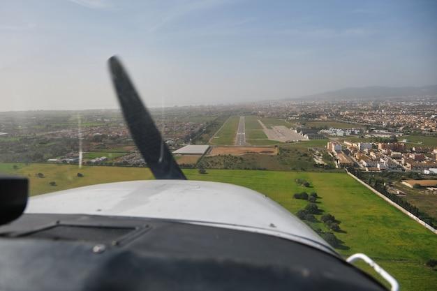 Stock photo des vues depuis la fenêtre d'un avion léger au décollage.