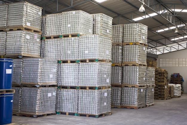 Stock de poisson en conserve en aluminium pour le processus de production en ligne.