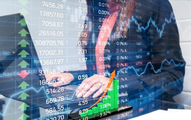 Stock woman trader analyse les graphiques en attendant le meilleur moment sur le marché pour faire la meilleure vente.
