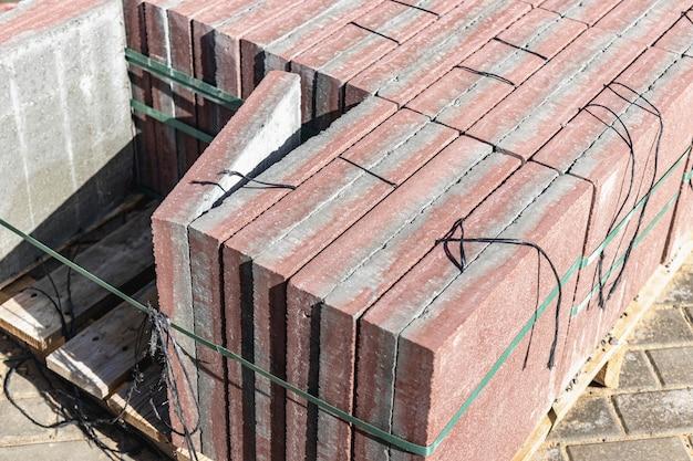 Stockage des dalles sur palettes sur chantier. dalles en béton prêtes à poser. entrepôt de produits finis.