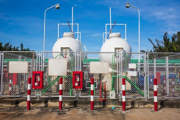 Stockage deux de gaz gpl dans le ciel bleu du réservoir blanc horizontal.