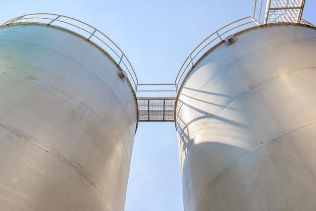 Stockage extérieur de réservoir d'eau sur fond de ciel bleu, pour industriel et usine