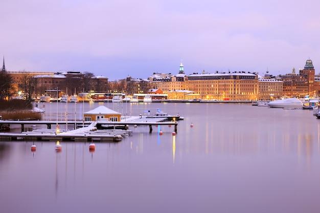 Stockholm skyline et lac au crépuscule