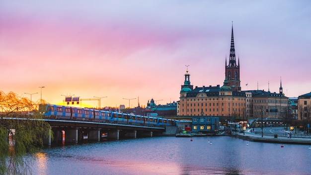 Stockholm vieille ville et métro au coucher du soleil