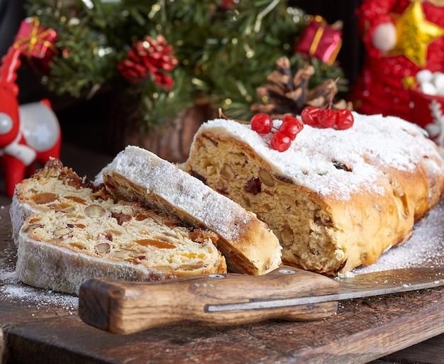 Stollen, un gâteau européen traditionnel avec des noix et des fruits confits, est saupoudré de sucre glace