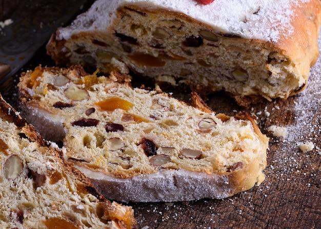 Stollen un gâteau traditionnel aux noix et fruits confits