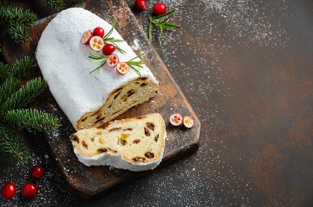 Stollen de noël. allemand traditionnel, dessert festif européen. concept de vacances.