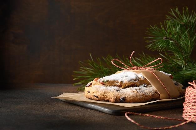 Stollen de noël - pain allemand traditionnel sur brun.