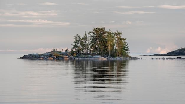Stone island, dans le nord du lac ladoga en carélie en russie