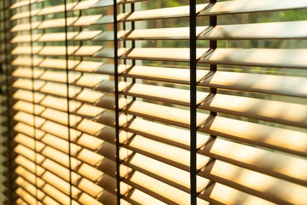 Store en bambou en gros plan, rideau en bambou, poussin, store vénitien ou pare-soleil - point de mise au point douce