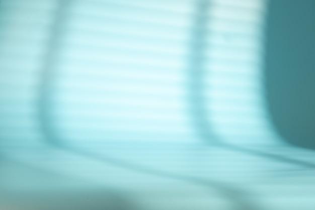 Store de fenêtre avec stores sur un espace bleu