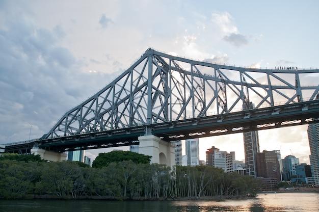 Story bridge en début de matinée près de kangaroo point lookout dans le queensland, en australie
