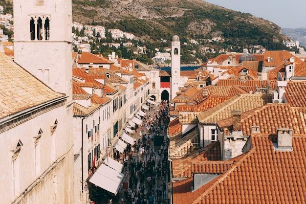 Stradun de la rue principale de la vieille ville de dubrovnik, les touristes se promènent autour des toits de tuiles de la ville