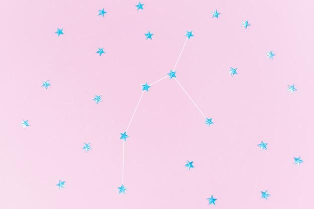 Des strass bleus en forme d'étoiles sont disposés dans la constellation de persée.