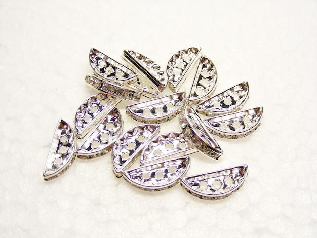 Strass brillant diamants sur un blanc, bijoux de pierres précieuses de la mode,