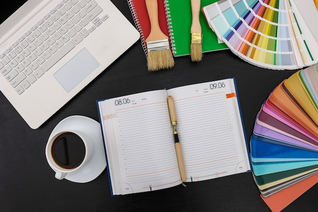 Stratégie de planification avec agenda et échantillons de couleurs