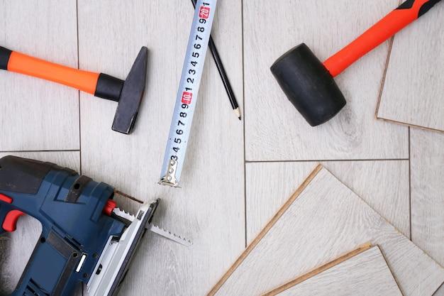 Stratifié installant l'équipement sur des planches