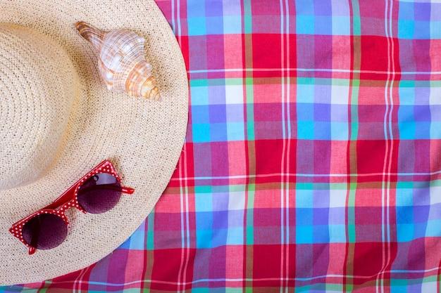 Straw beach woman's hat lunettes de soleil vue de dessus seashell avec un espace pour le texte.