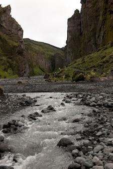 Stream au fond d'une revine en islande